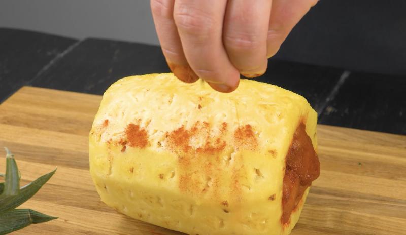 assaisonner l'ananas avec du paprika et du piment de Cayenne