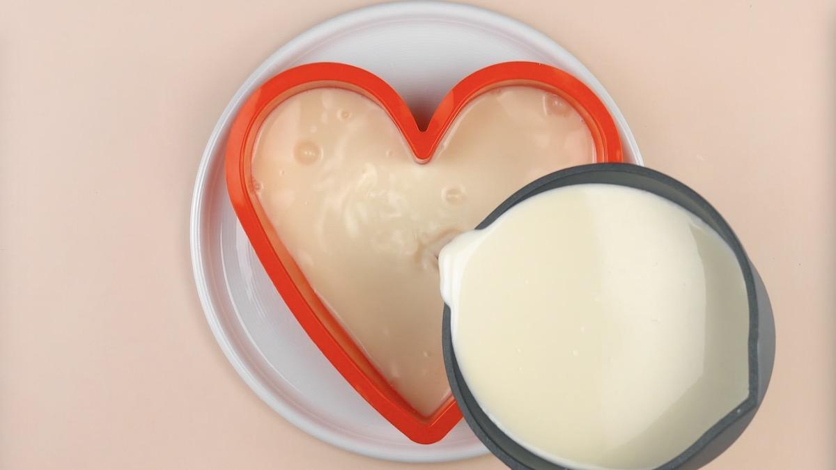 verser la gelée blanche dans le moule en forme de cœur