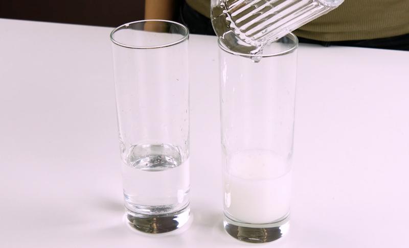 deux verres tubes remplis de substances liquides
