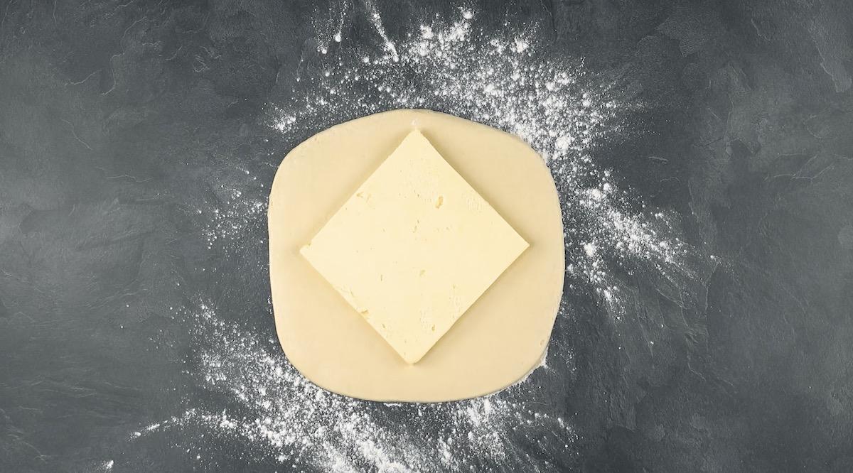 placer le beurre sur la pâte