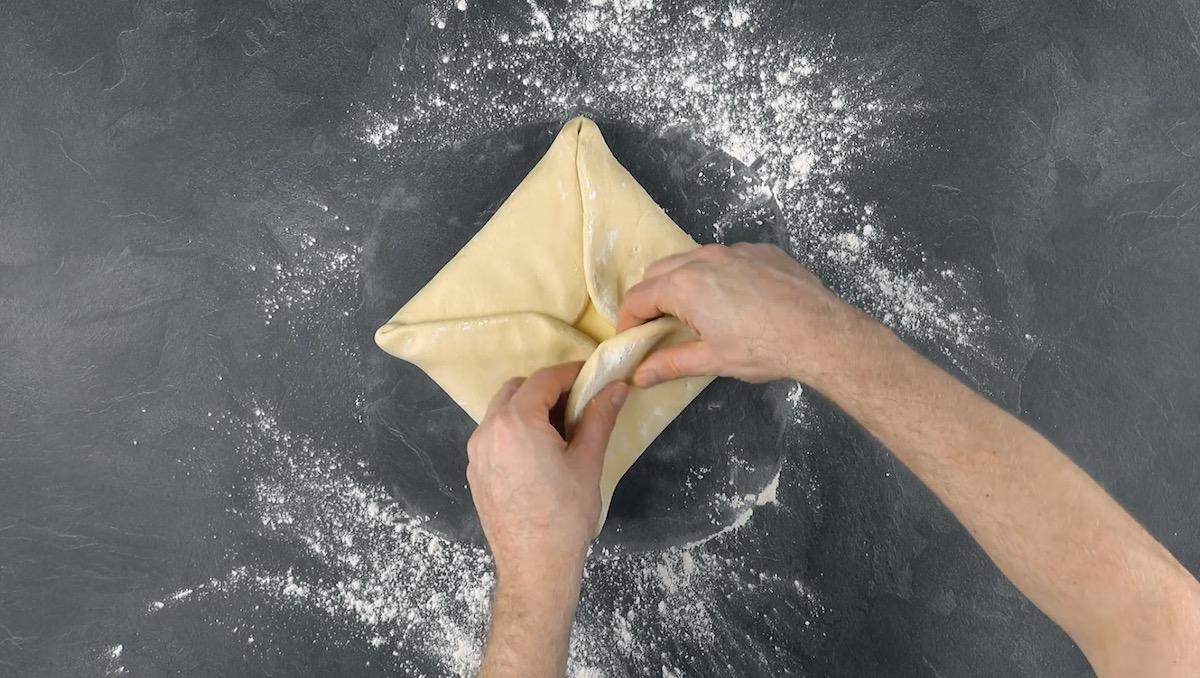 envelopper le beurre dans la pâte