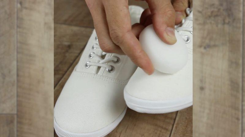 frotter la cire sur les chaussures