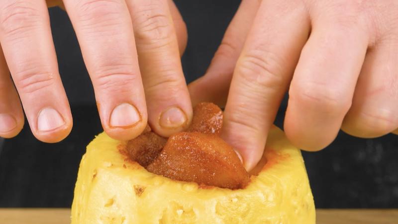 remplir l'ananas avec le poulet