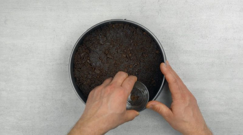 biscuits au chocolat mélangé au beurre pressés dans le fond d'un moule à charnière