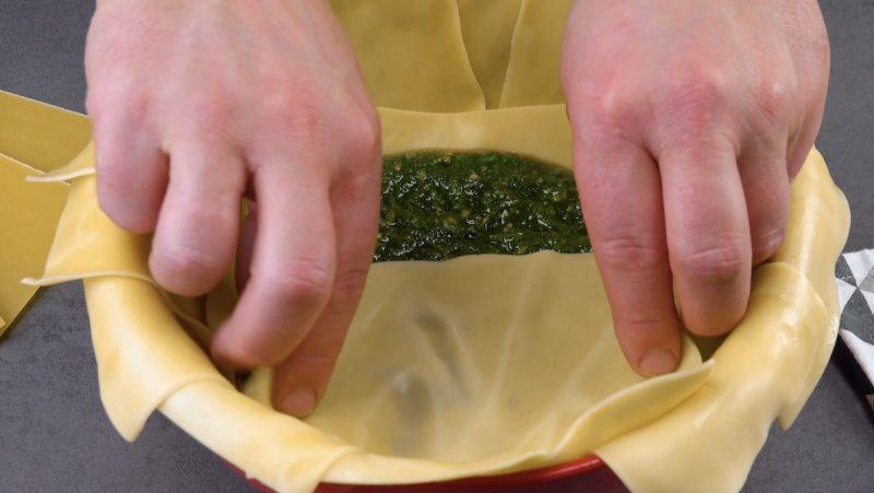 pesto de basilic sur des feuilles de lasagnes et moitié recouvert d'une feuille de lasagnes