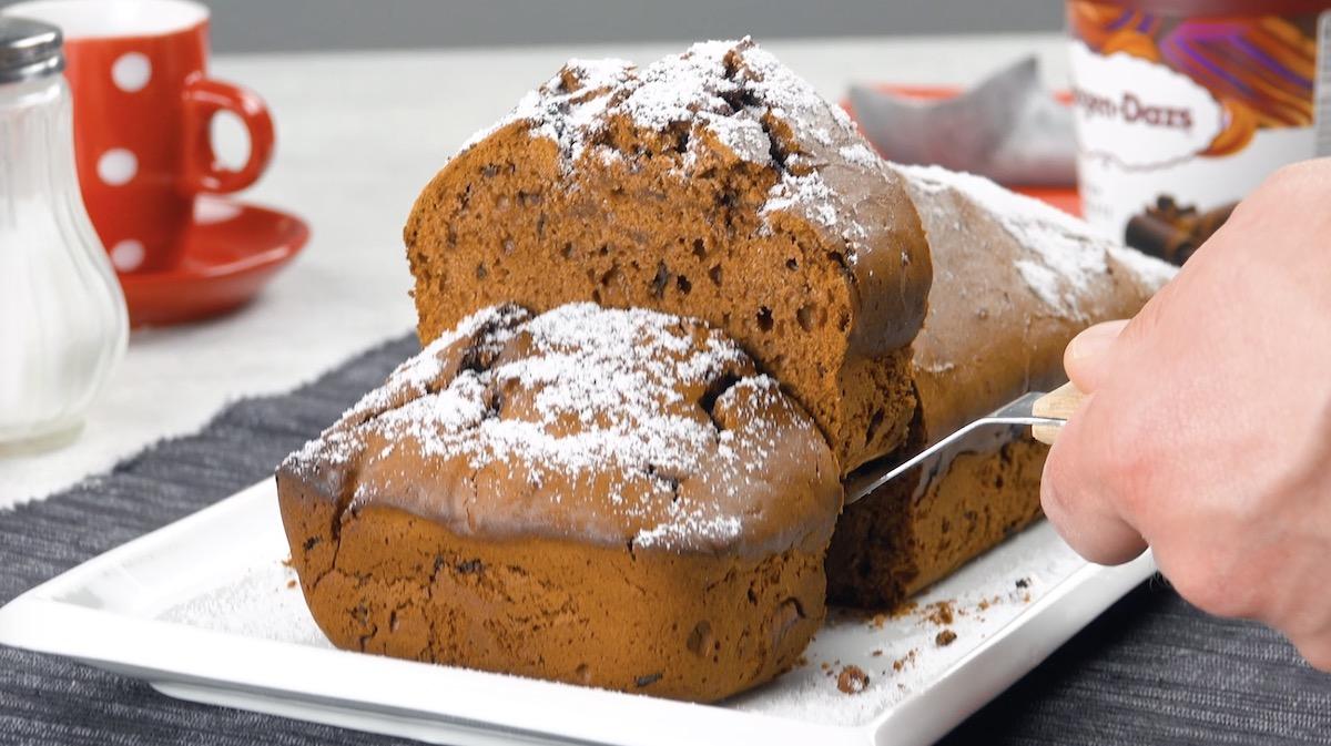 Gâteau à la glace au chocolat saupoudré de sucre glace