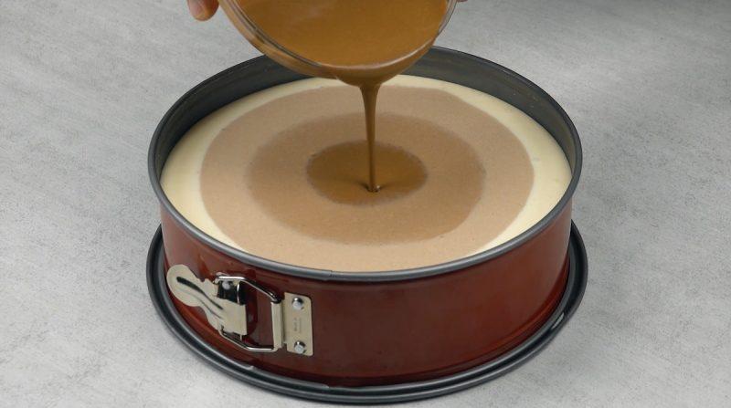 pâte marron foncé versée au milieu du moule