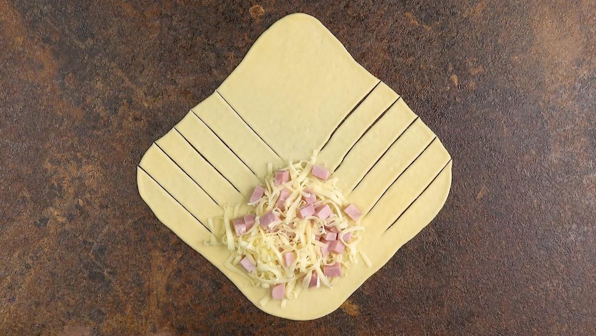 pâte remplie de jambon et de fromage râpé
