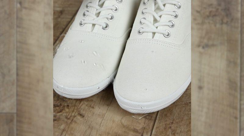 verser de l'eau sur les chaussures