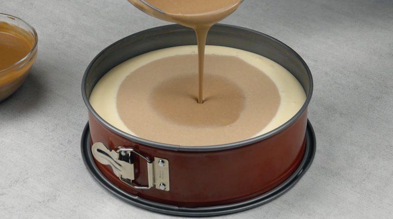 pâte marron plus foncé versée au milieu du moule