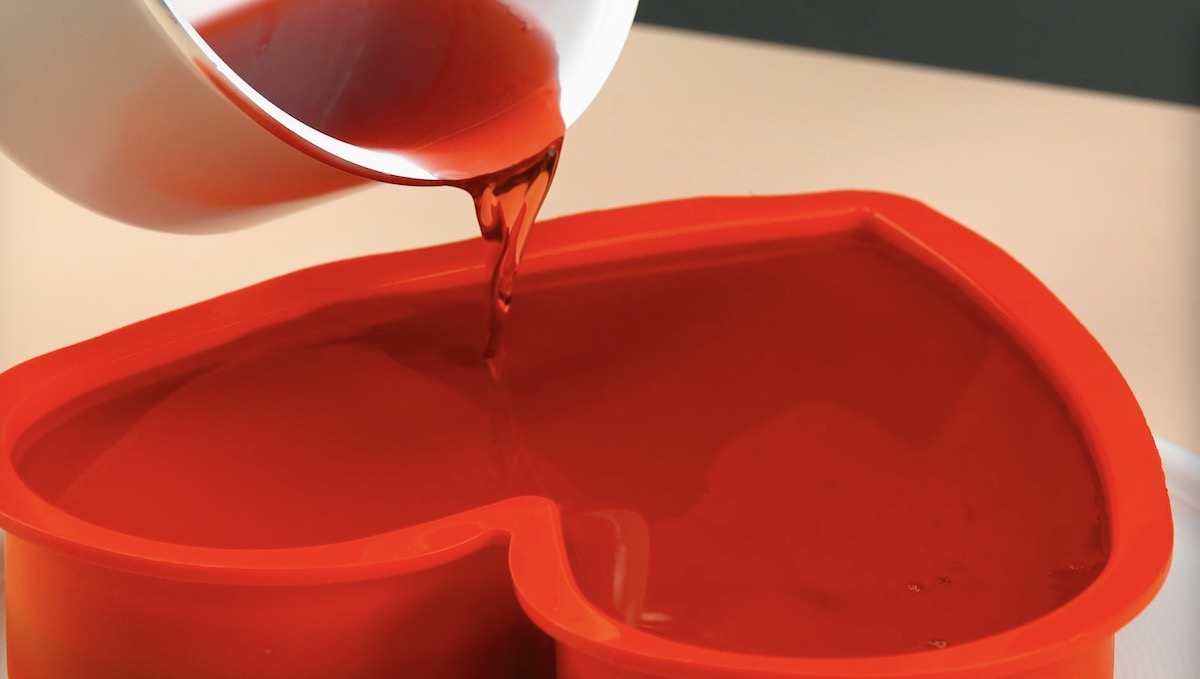 verser une dernière couche de gélatine rouge dans le moule