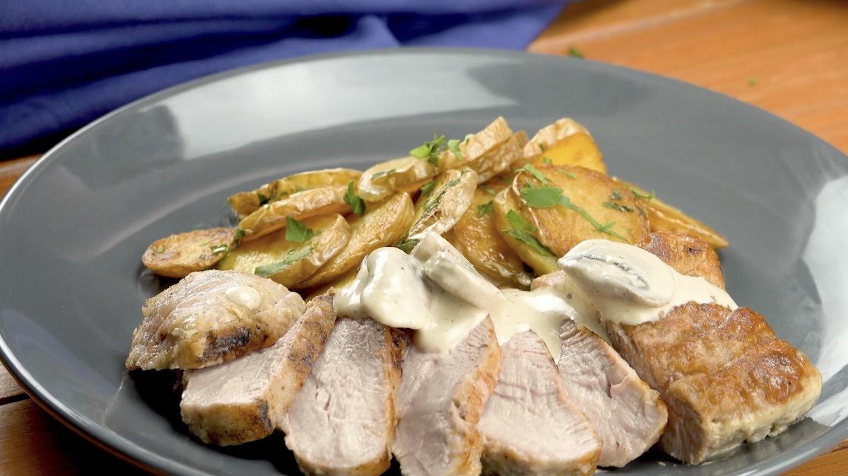 Filet de porc rôti avec sa sauce à la moutarde et ses pommes de terre sautées