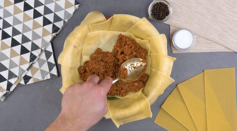 sauce bolognaise étalée sur feuilles de lasagnes