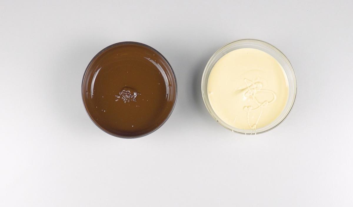 faire fondre le chocolat noir et blanc dans 2 bols