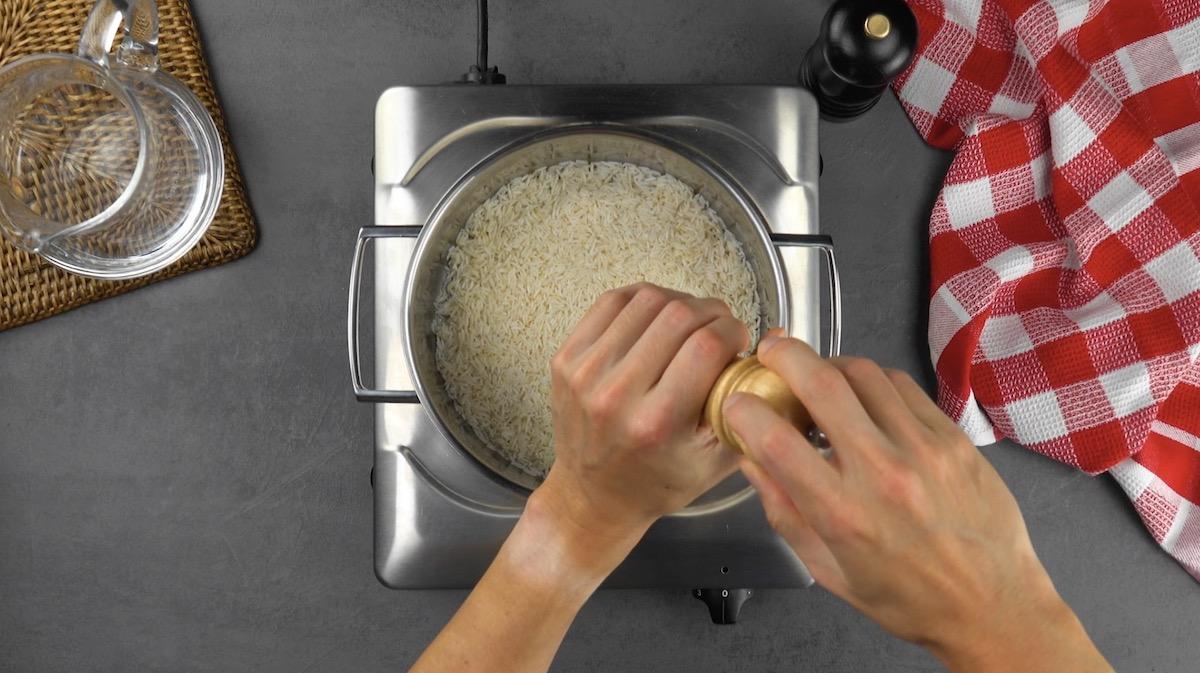 assaisonner le riz avec du sel et du poivre ou d'autres épices