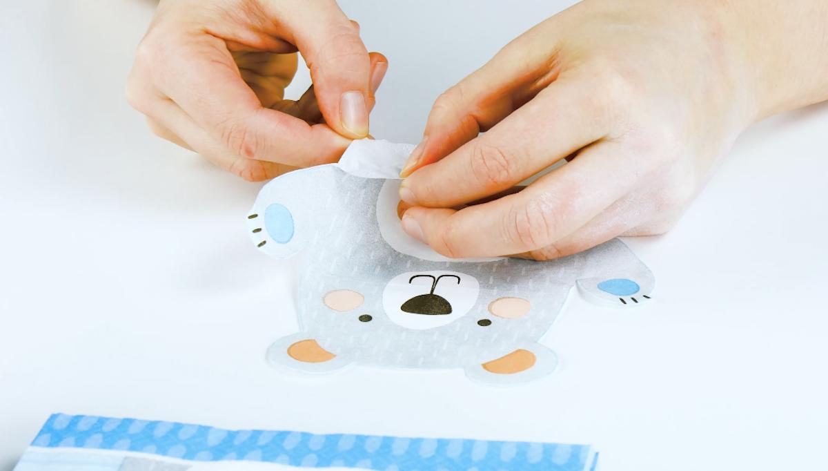 Découpez le motif de la serviette et séparez la couche de papier supérieure