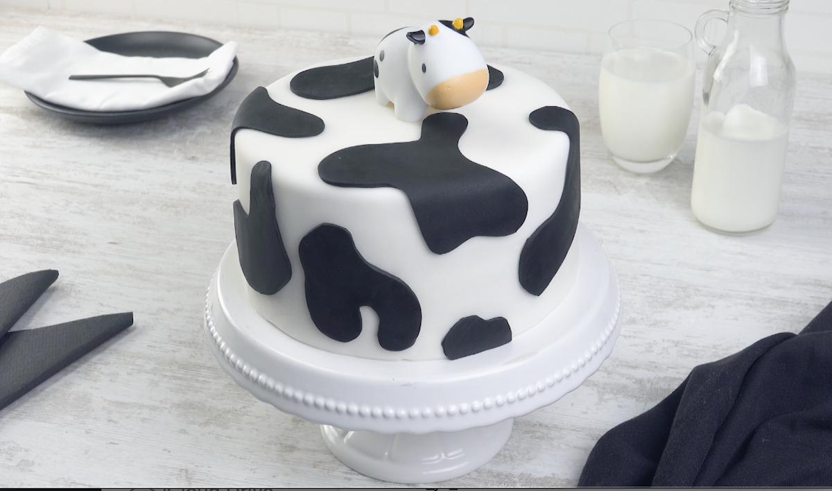 ajouter le fondant noir pour faire les taches et un jouet vache