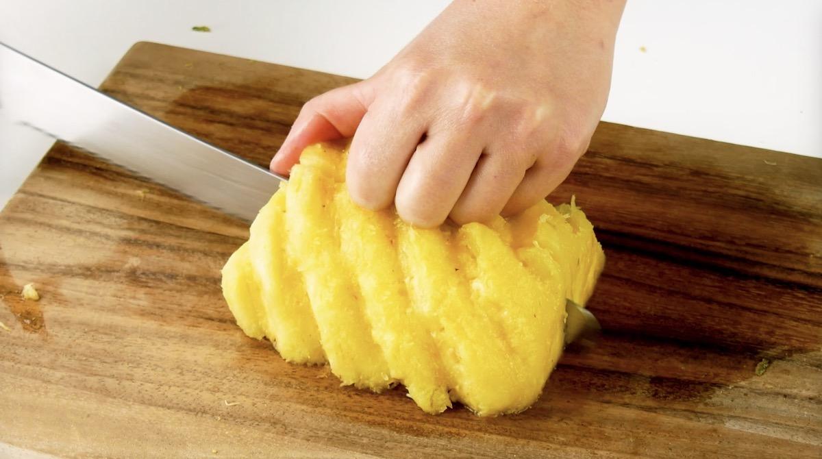couper les moitiés d'ananas en 2