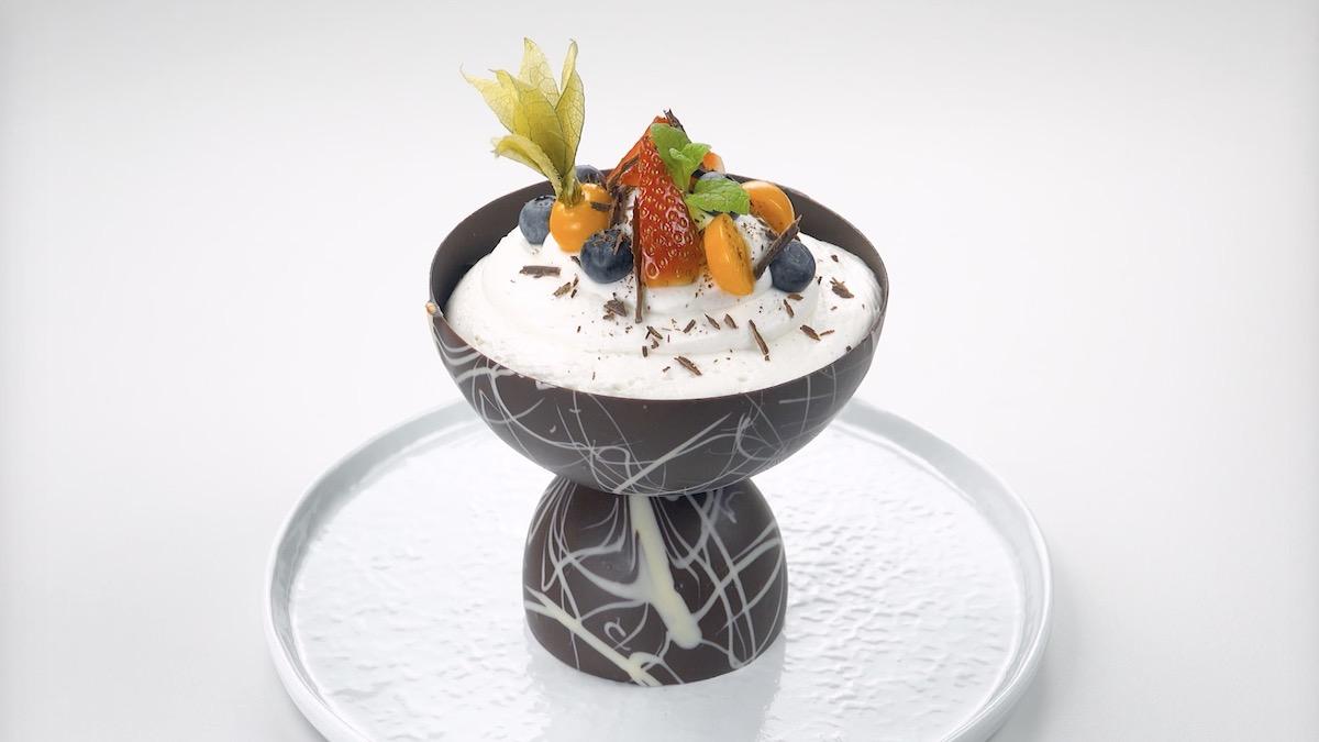 coupe en chocolat remplie de crème au chocolat blanc garnie de baies