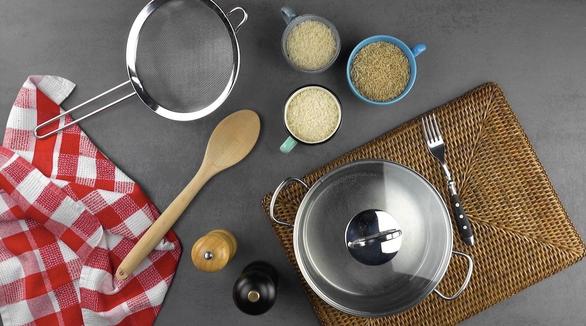 casserole, chinois, cuillère en bois, fourchette, sel, poivre et 3 sortes de riz