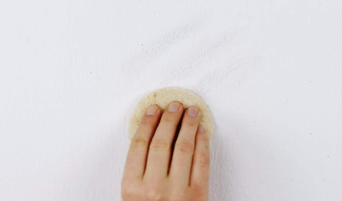 utiliser un morceau de pain de mie comme éponge magique