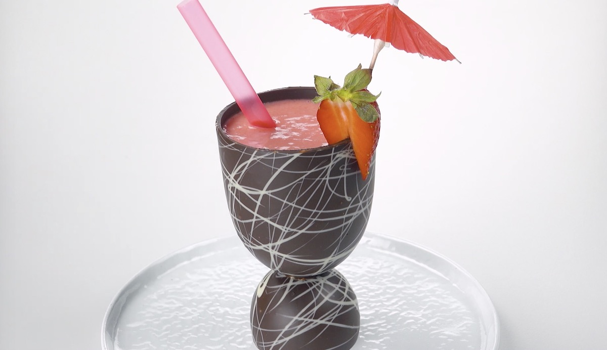 coupe en chocolat contenant un milk shake à la fraise