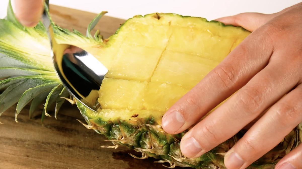 découper la chair de l'ananas en forme de quadrillage