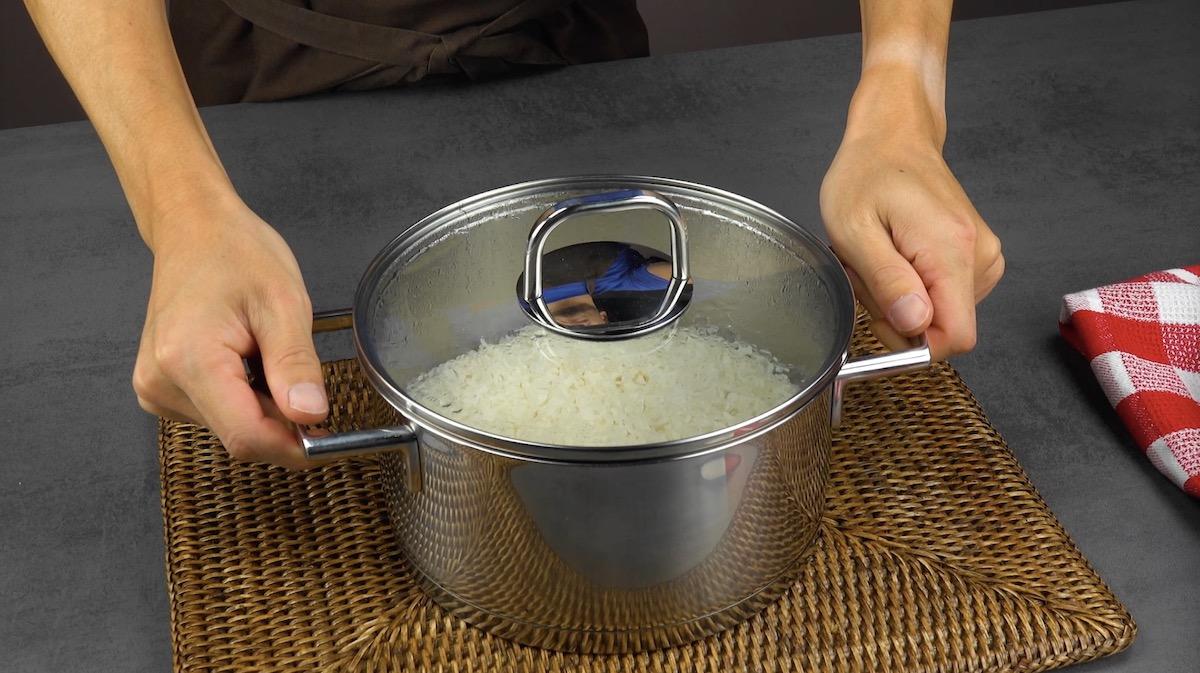 laisser reposer le riz dans la casserole quelques minutes