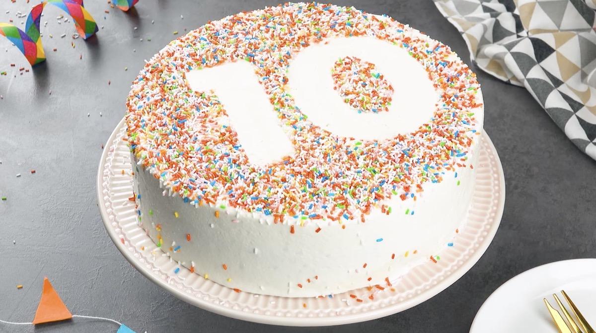 dessiner un chiffre sur le gâteau avec des vermicelles