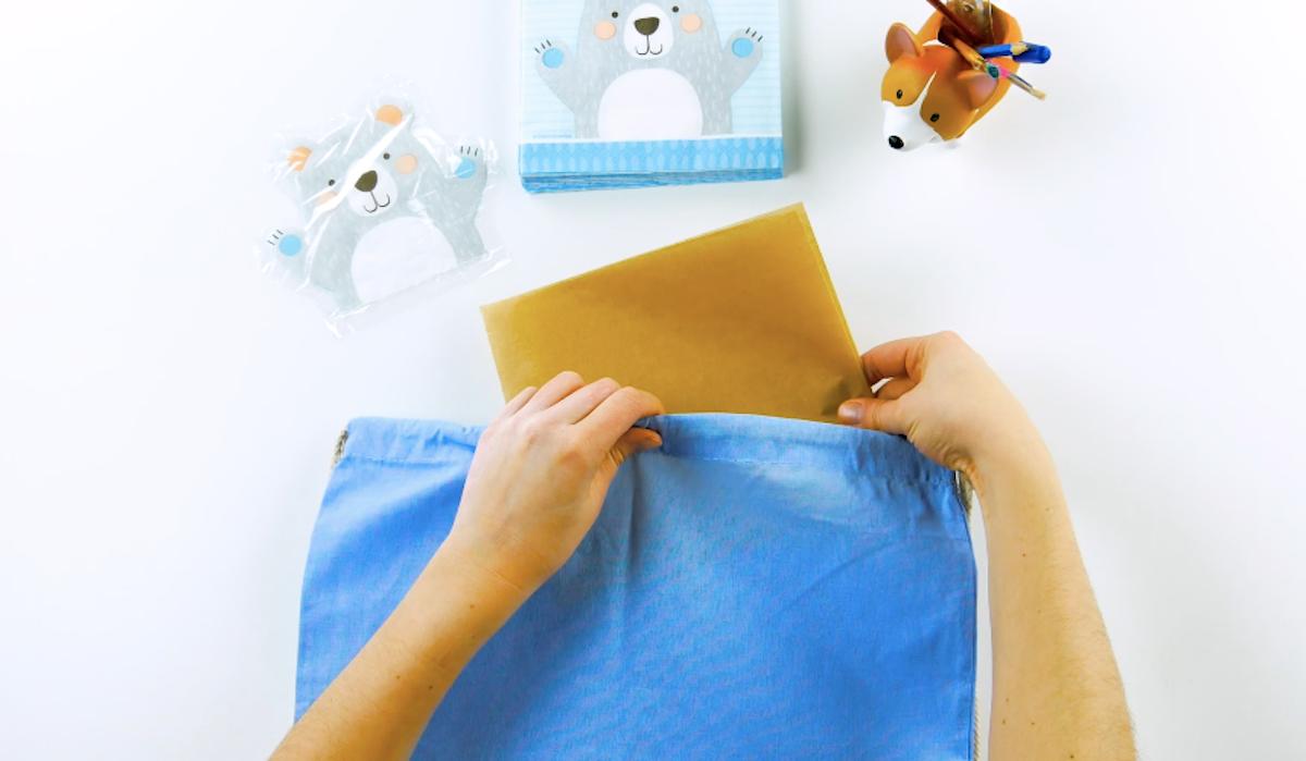 placez une feuille de papier sulfurisé entre les couches de tissu du textile sur lequel vous voulez imprimer