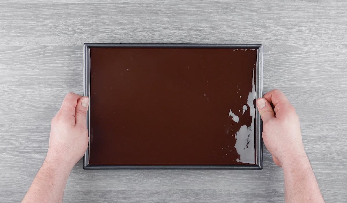 mettre le glaçage dans le moule avec le pudding et la pâte