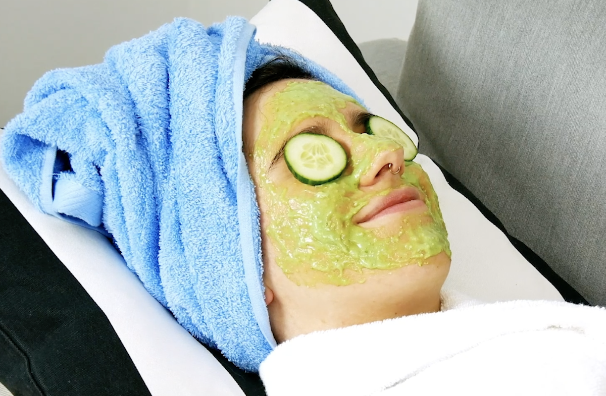 femme avec un masque à l'aloe vera