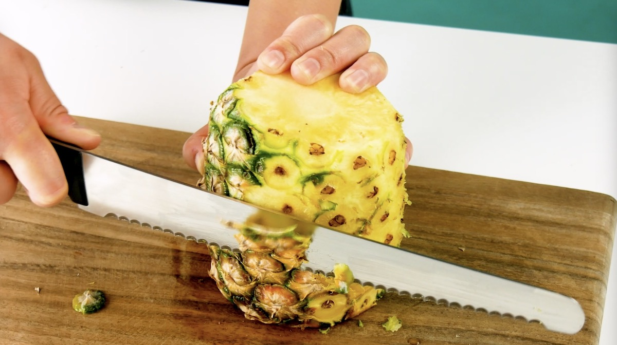 couper la peau de l'ananas