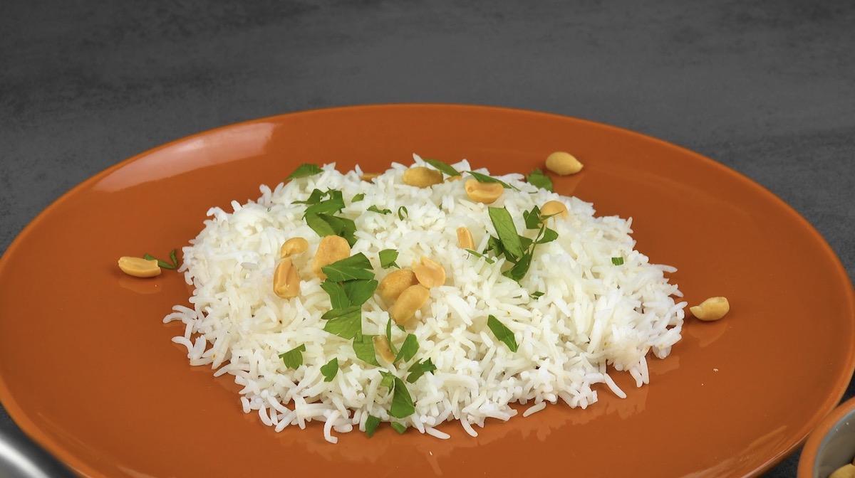 riz terminé avec des cacahuètes, du persil et de la ciboulette