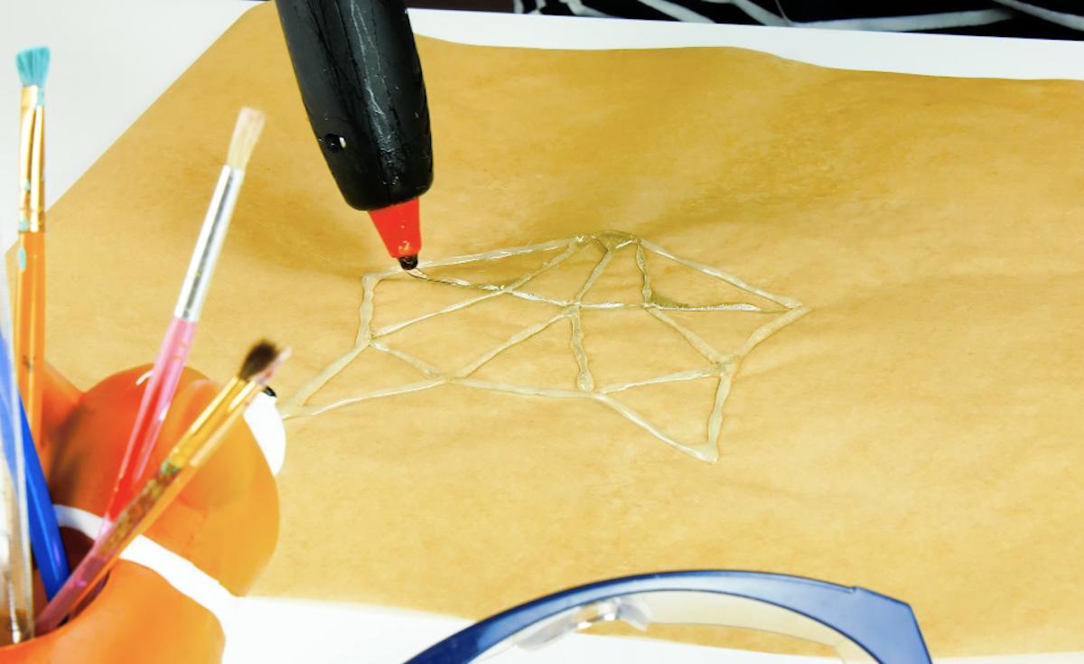 dessiner le motif à la colle chaude sur du papier sulfurisé