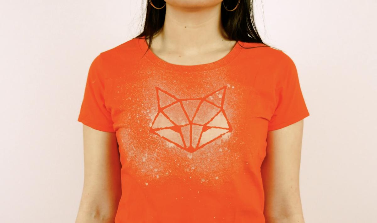 mettre le motif sur le t-shirt vaporiser de l'eau de javel dessus