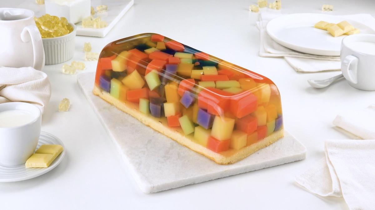 Gâteau coloré à la gelée d'oursons en gélatine