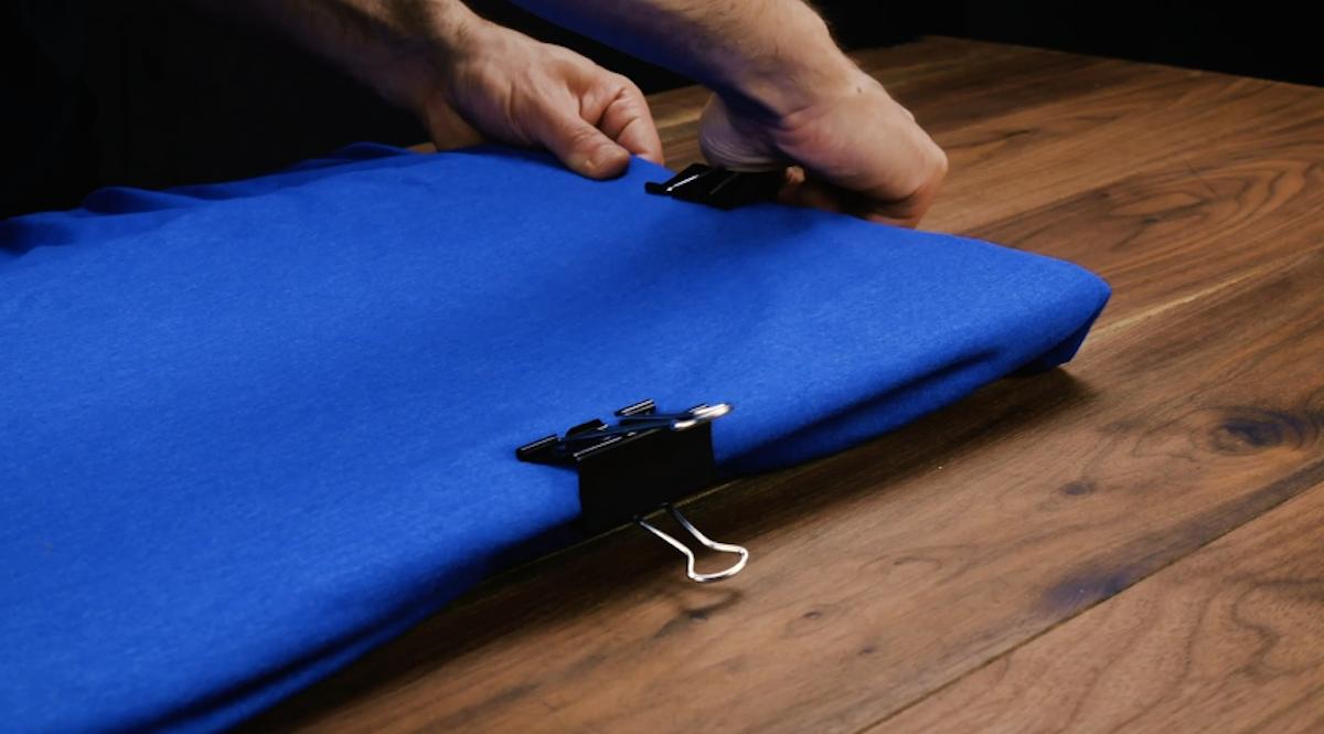 Mettez un morceau de carton dans un T-shirt et fixez-le avec des pinces.
