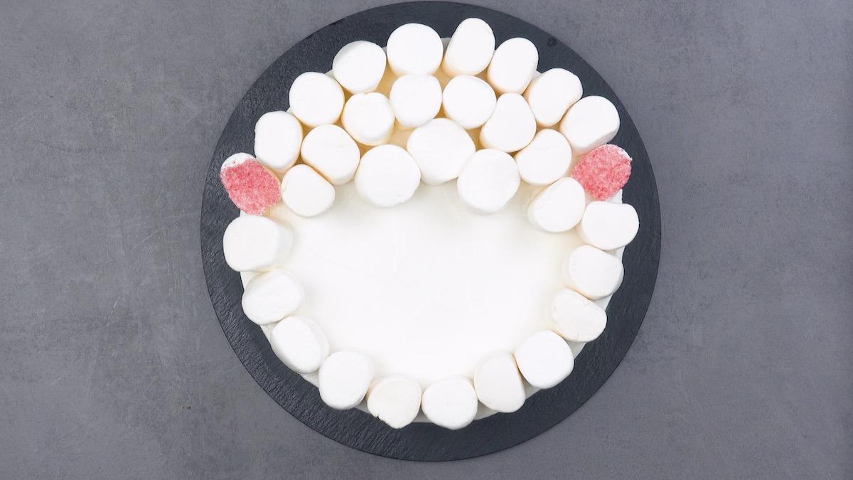 mettre le reste de la guimauve sur la gâteau