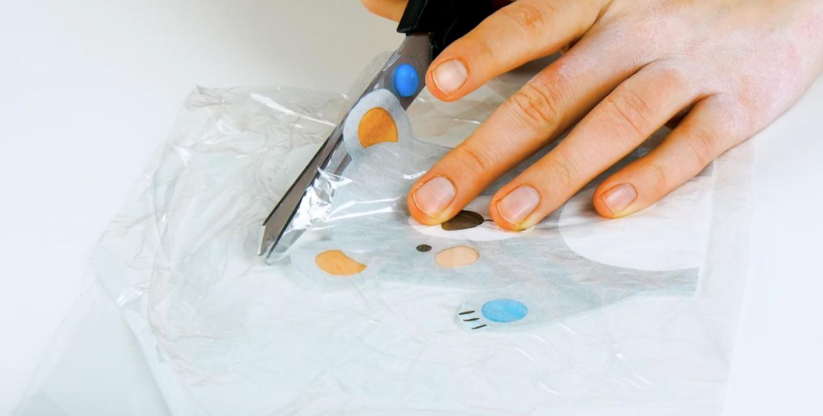 Placez le motif entre deux couches de film alimentaire et coupez le film à la taille du motif.