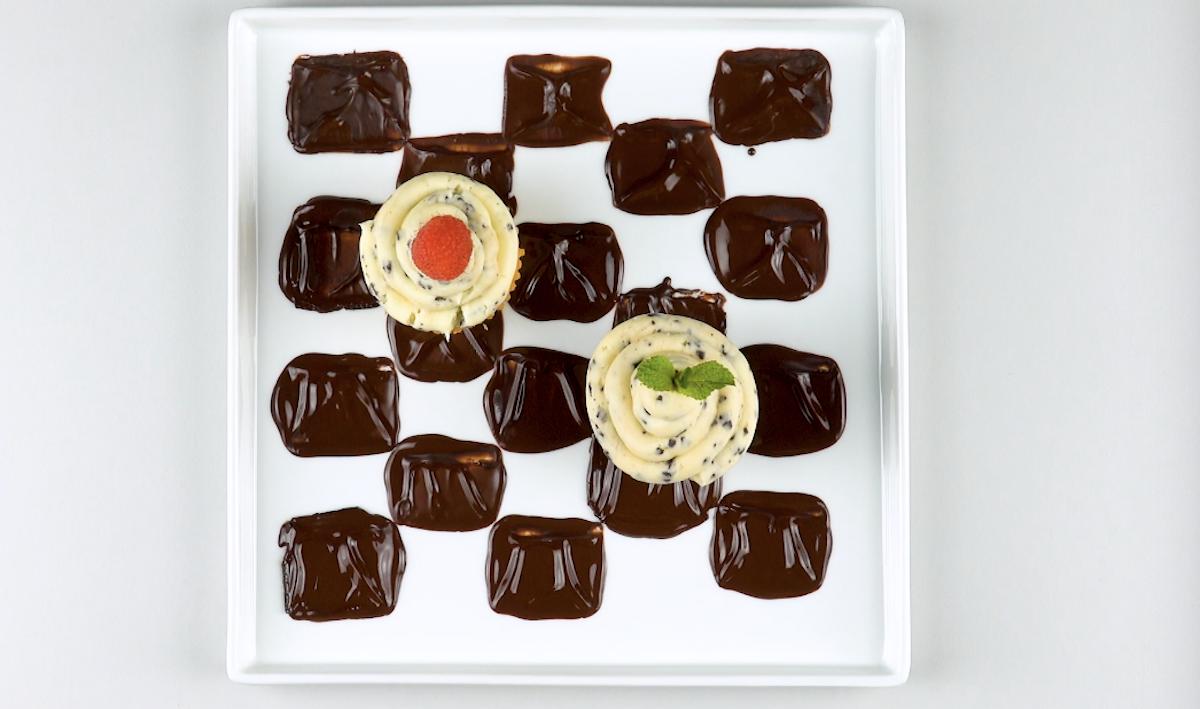 damier en chocolat sur une assiette