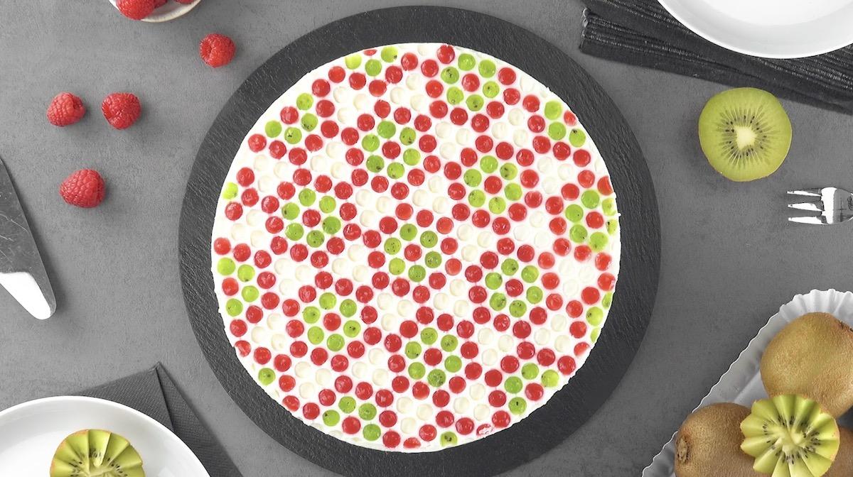 Gâteau au yaourt et à la gélatine aux motifs rouges et verts faits avec du papier bulle