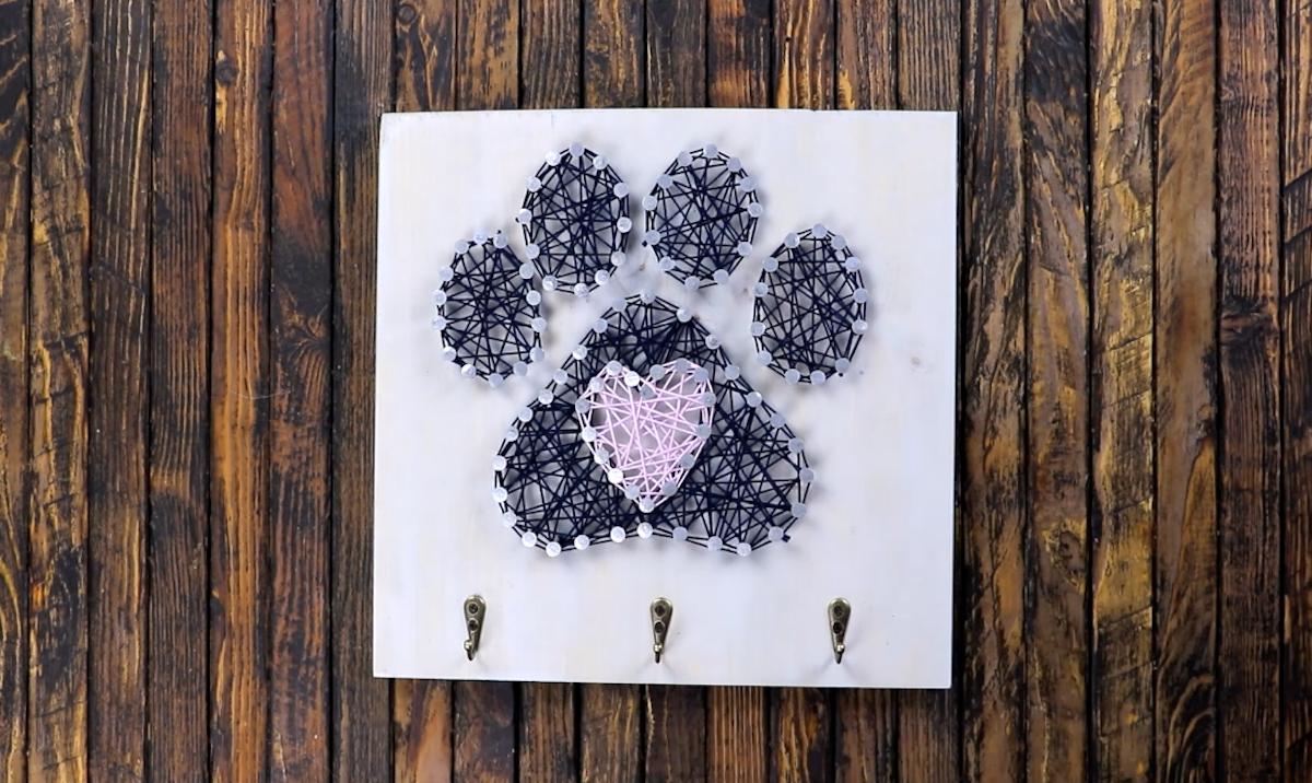 tableau en fils tendus en forme de patte de chien