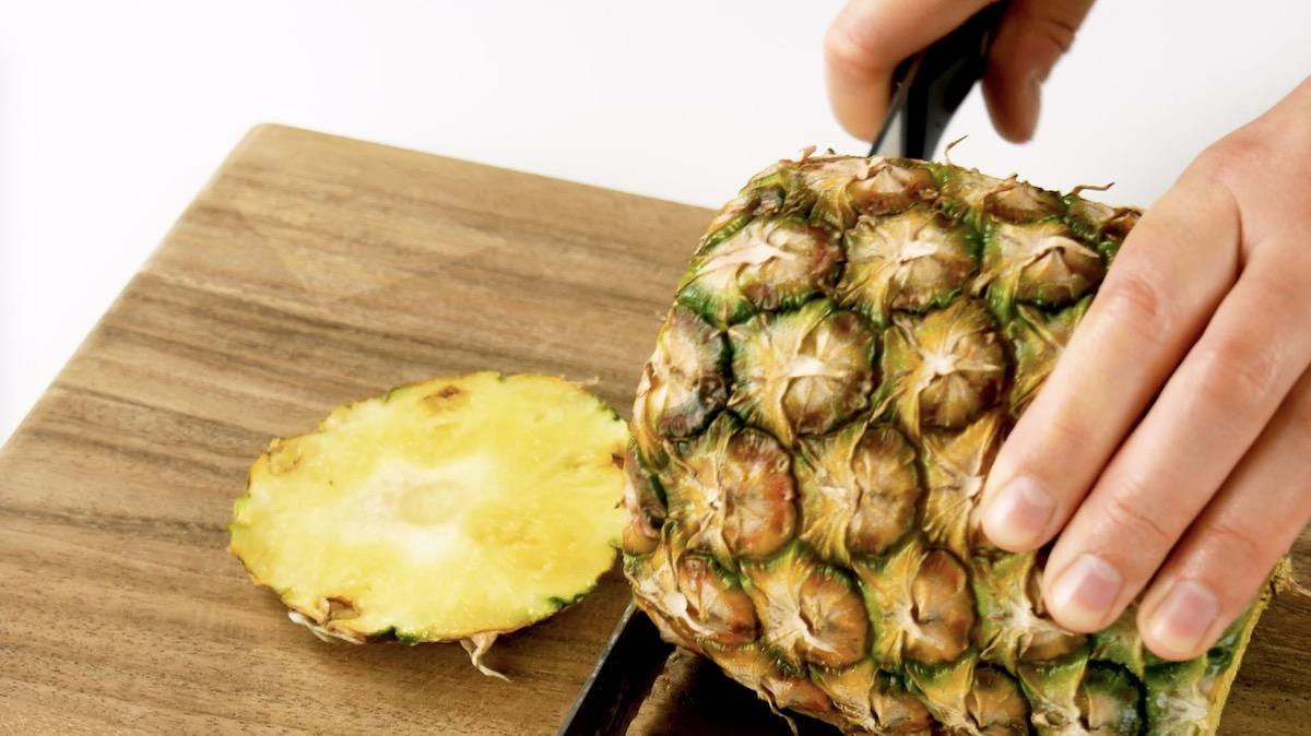couper le haut et le bas de l'ananas