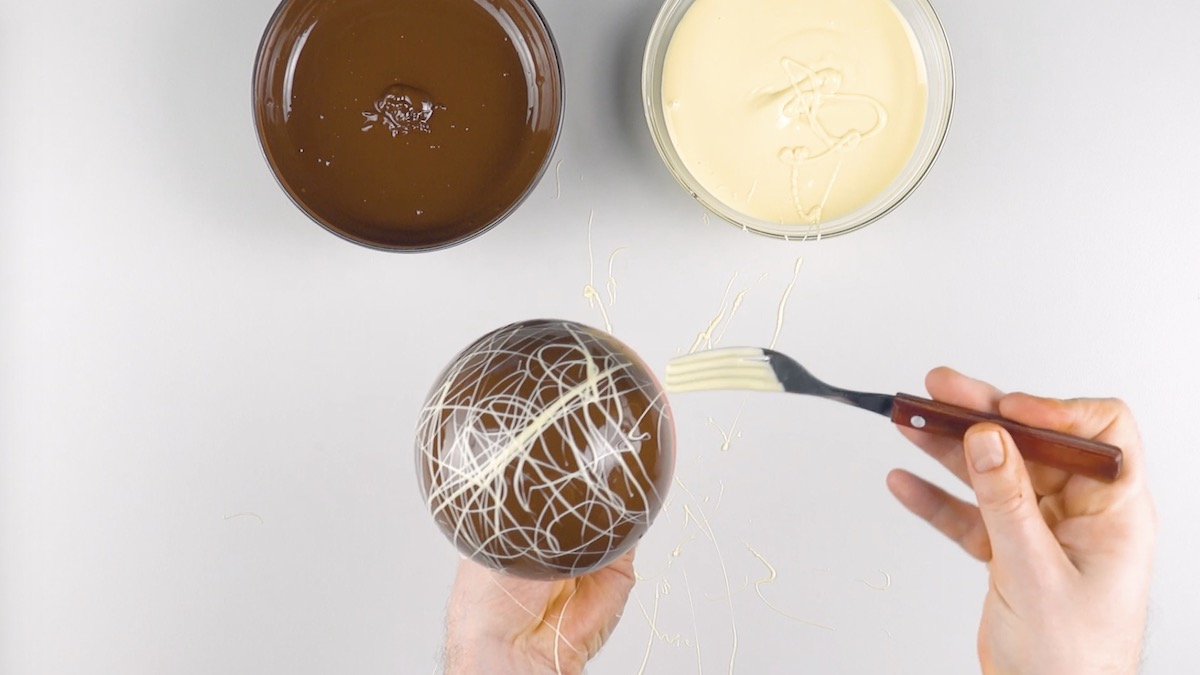 décorer la coupe avec le chocolat blanc