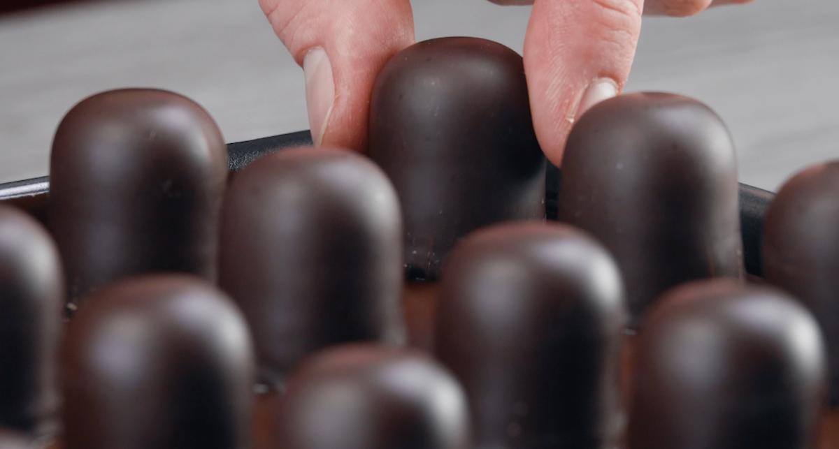 mettre les têtes au chocolat dans le moule sur le glaçage