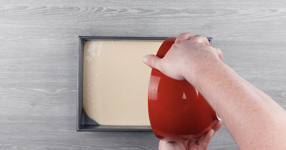 mélanger les ingrédients pour la pâte et la mettre dans le moule