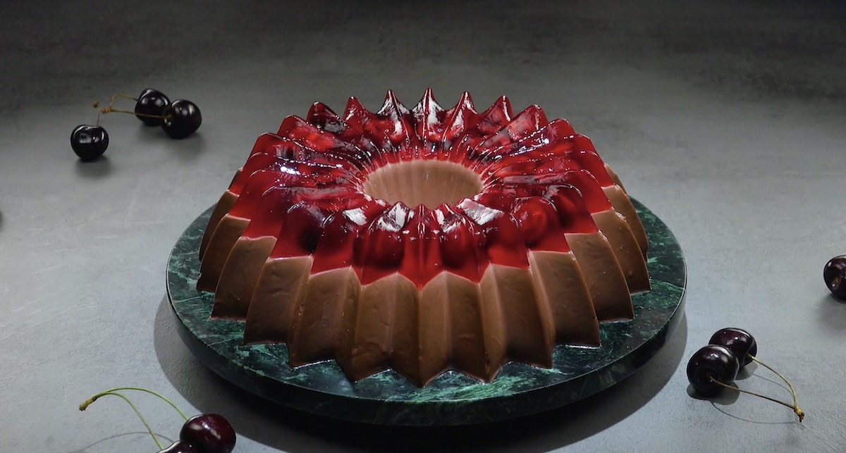 Pudding au chocolat avec une garniture fruitée de gelée et de cerises fraîches