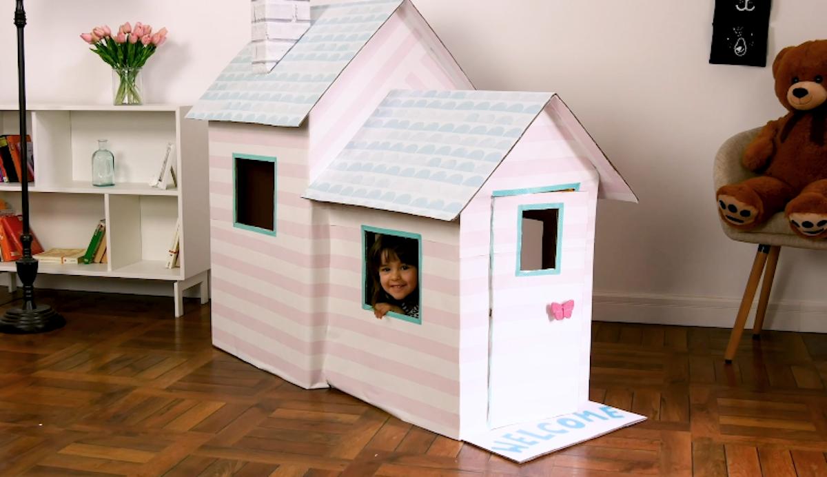 maisonnette pour enfants fabriquée avec des cartons