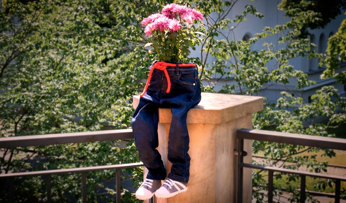 mettre un un seau avec des fleurs dans le cache pot jean